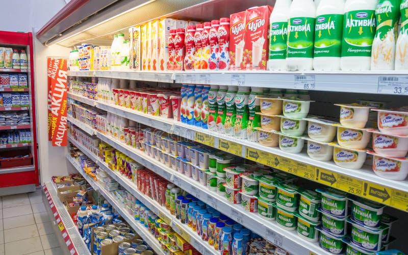 Uma grande seleção dos produtos láteos está na prateleira fotos de stock royalty free
