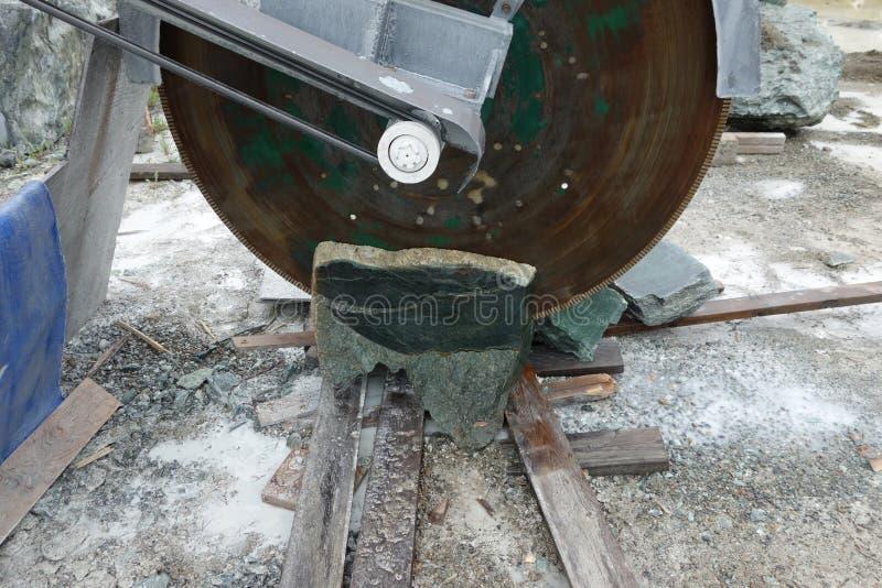 Uma grande serra usada para cortar o jade minou em Canadá fotos de stock