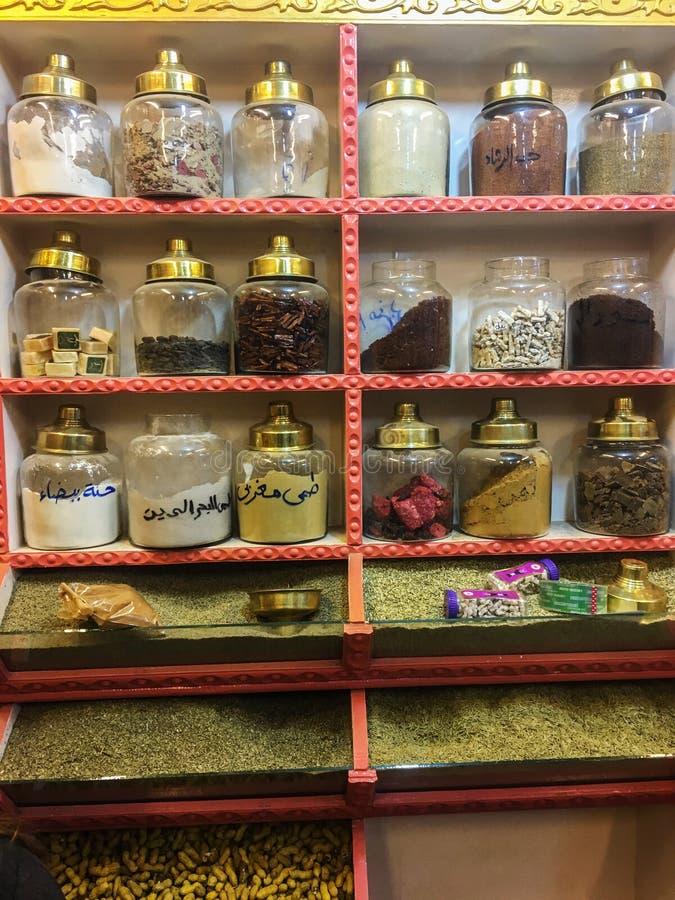 Uma grande variedade de condimentos orientais em uma prateleira em uma loja oriental, conceito da nutrição do alimento, Egito, 20 fotografia de stock royalty free
