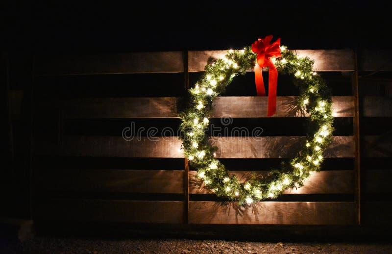 Uma grinalda do Natal em uma porta da exploração agrícola fotografia de stock royalty free