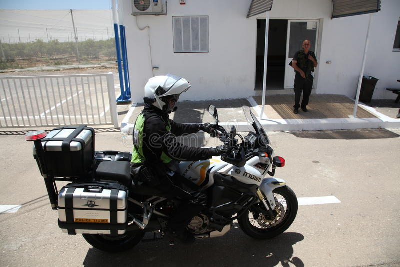 Uma guarda de prisão israelita do polícia na motocicleta imagens de stock