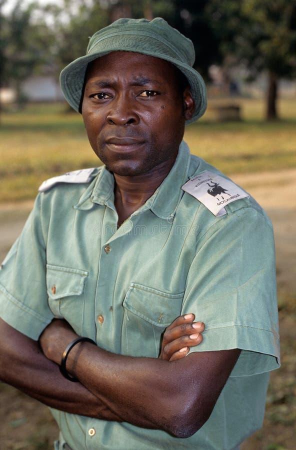 Uma guarda florestal no parque nacional de Gorongosa imagens de stock