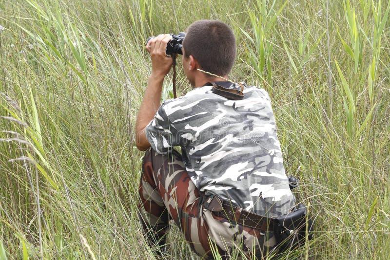 Uma guerra de beira está olhando através dos binóculos fotos de stock