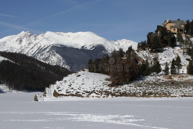 Uma HOME nas montanhas foto de stock royalty free