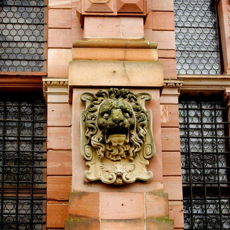 Uma Idade Média Lion Face Sculpture na parede do castelo de Heidelberg fotografia de stock