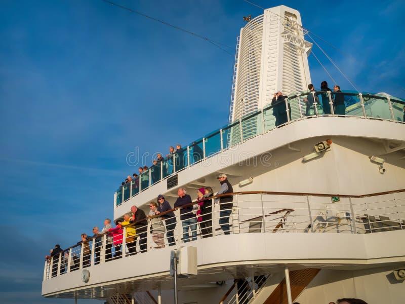 Uma ideia aérea de uma área da piscina luxuosa do navio de cruzeiros imagem de stock royalty free