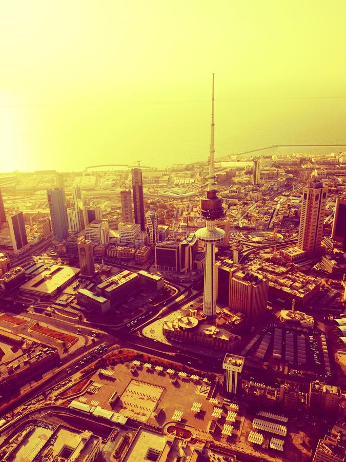 Uma ideia aérea do filtro morno da skyline da Cidade do Kuwait imagem de stock royalty free