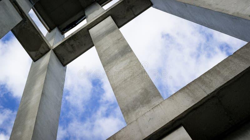 Uma ideia abstrata de uma estrutura concreta que alcança ao céu fotos de stock