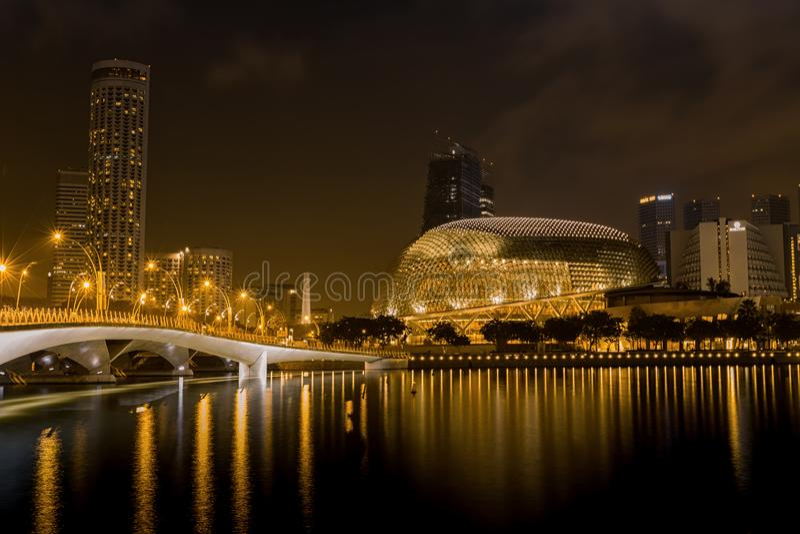 Uma ideia da noite de artes da esplanada do ` s de Singapura centra-se imagens de stock royalty free