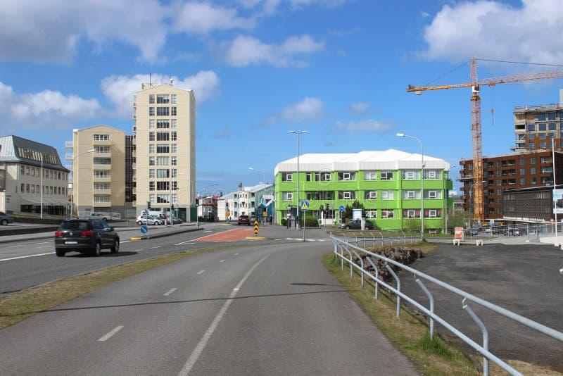 Uma ideia da rua de uma área mais residencial em Islândia Frequentemente você vê somente as áreas de turista de Reykjavik fotografia de stock