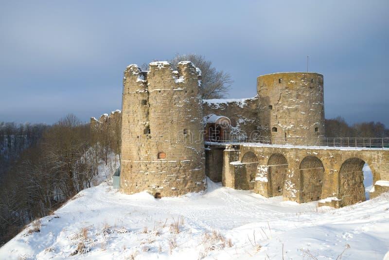 Uma ideia do dia de inverno nebuloso da fortaleza medieval de Koporye Região de Leninegrado, Rússia fotografia de stock royalty free