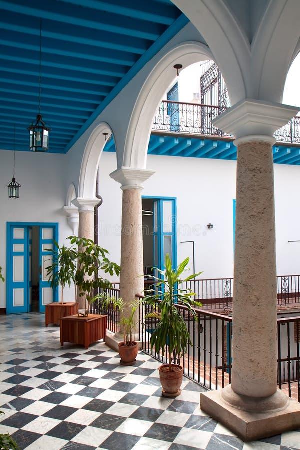 Uma ideia do interior colonial do edifício fotografia de stock