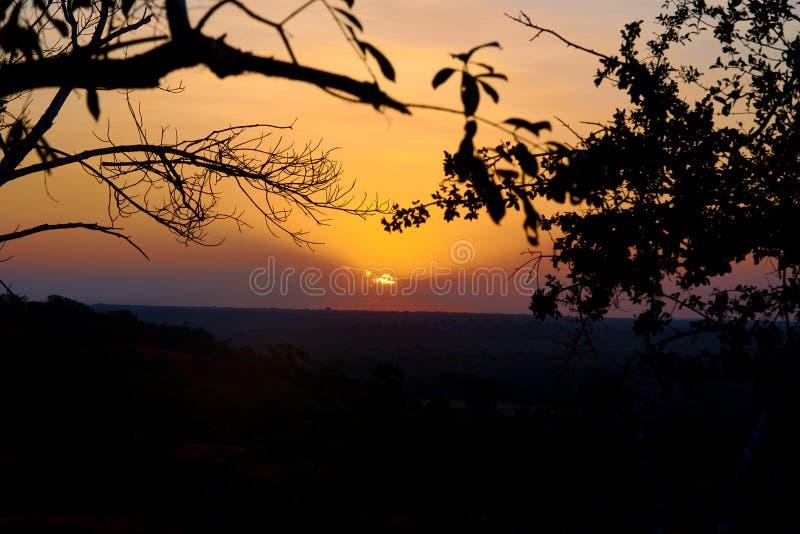 Uma ideia do por do sol sobre a garganta de Marafa em Kenya, África Paisagem e safari sob o nivelamento do céu fotografia de stock