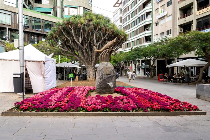 Uma ideia do quadrado de Chicharro e uma escultura pequena dos atuns instalados, Santa Cruz de Tenerife, Espanha imagens de stock royalty free