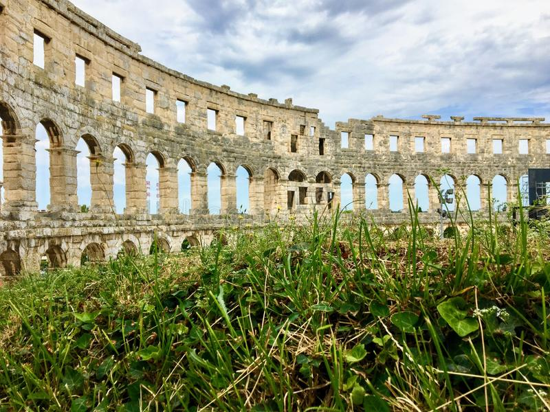 Uma ideia interessante do teatro dos Pula, o nome do anfiteatro romano situado nos Pula, Croácia imagem de stock royalty free
