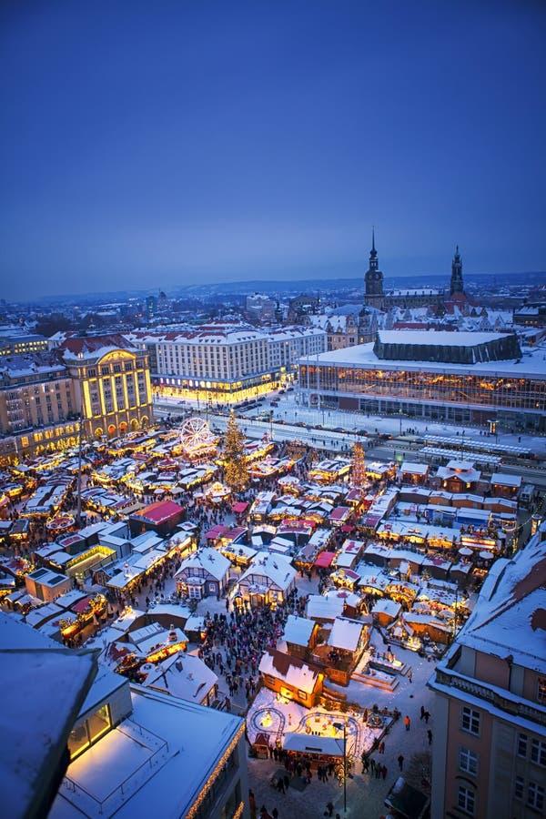 Uma ideia vertical do mercado do Natal em Dresden Alemanha fotos de stock