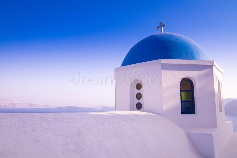 Uma igreja bonita com um telhado azul e uma vista em Santorini/Grécia fotografia de stock royalty free