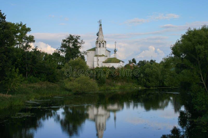 Uma igreja e brancos velhos são reflexão do rio hoje à noite Arquitetura religiosa de cidades famosas do russo imagem de stock