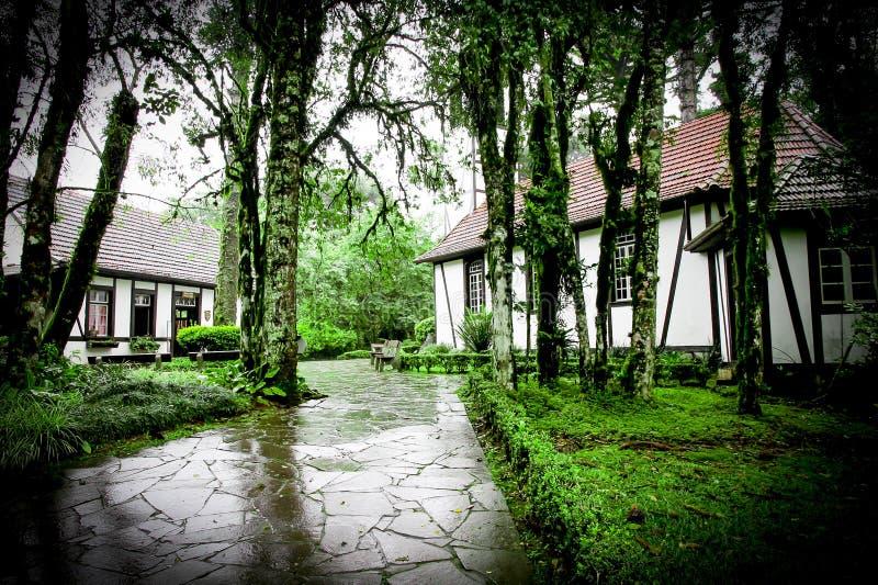 Uma igreja e uma casa dentro do parque do imigrante (Brasil) imagem de stock royalty free