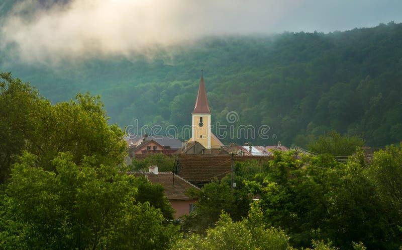 Uma igreja em uma vila pequena na região da Transilvânia, Romênia fotos de stock royalty free