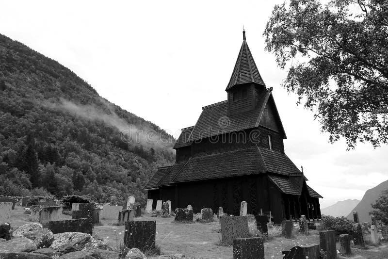 Uma igreja na névoa foto de stock royalty free