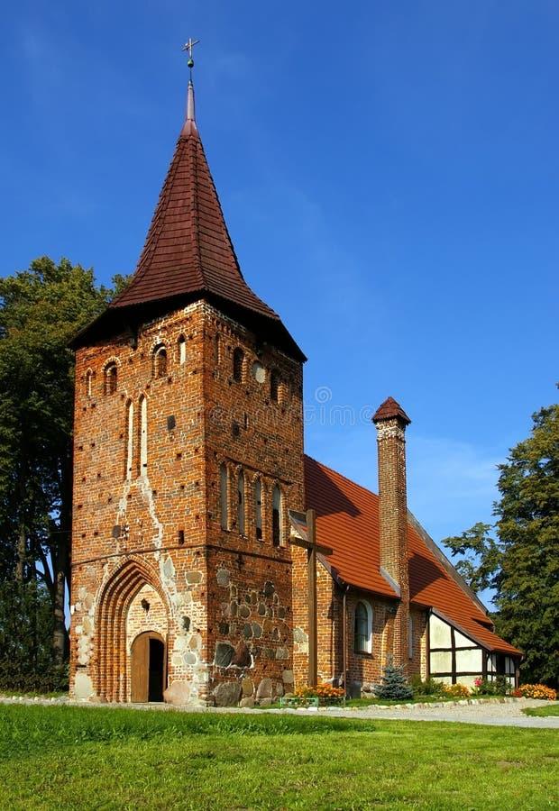 Uma igreja pequena do tijolo vermelho, summ fotos de stock