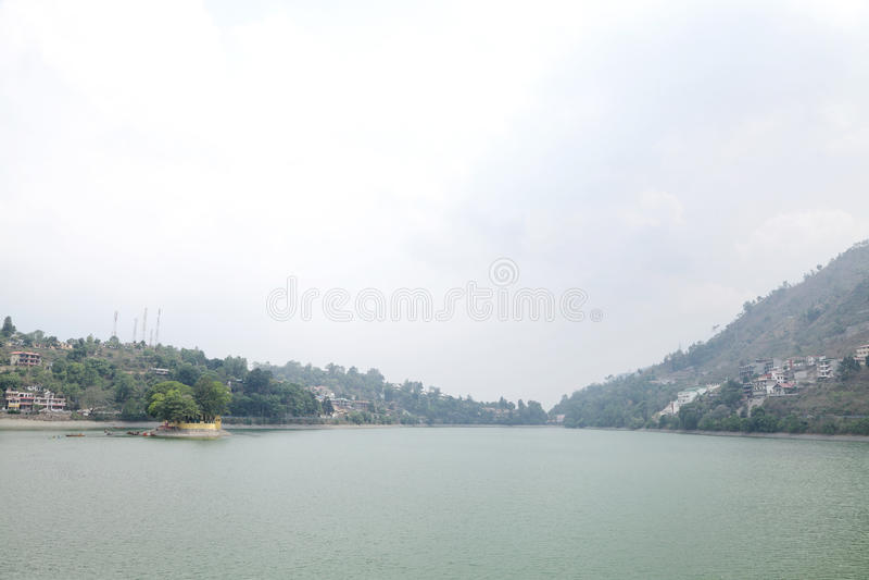 Uma ilha pequena no lago Bhimtal fotografia de stock royalty free