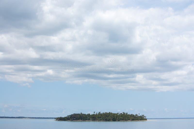 Uma ilha só e um céu vasto em Tonga tropical imagens de stock royalty free