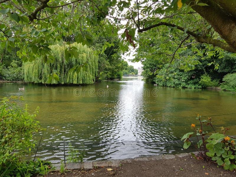 Uma imagem bonita do lago em St James & em x27; parque de s fotos de stock