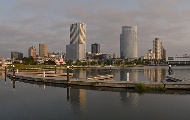 Uma imagem da arquitetura de Milwaukee das proximidades do lago fotografia de stock royalty free