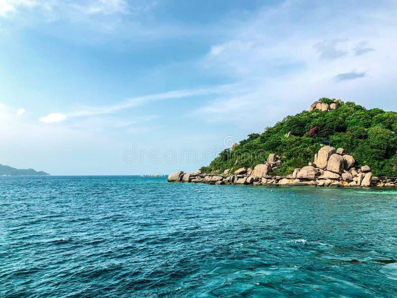 Uma imagem da ilha com fundo claro da água do mar fotos de stock