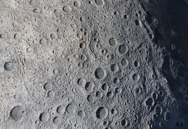 Uma imagem das crateras na superfície da lua fotos de stock royalty free