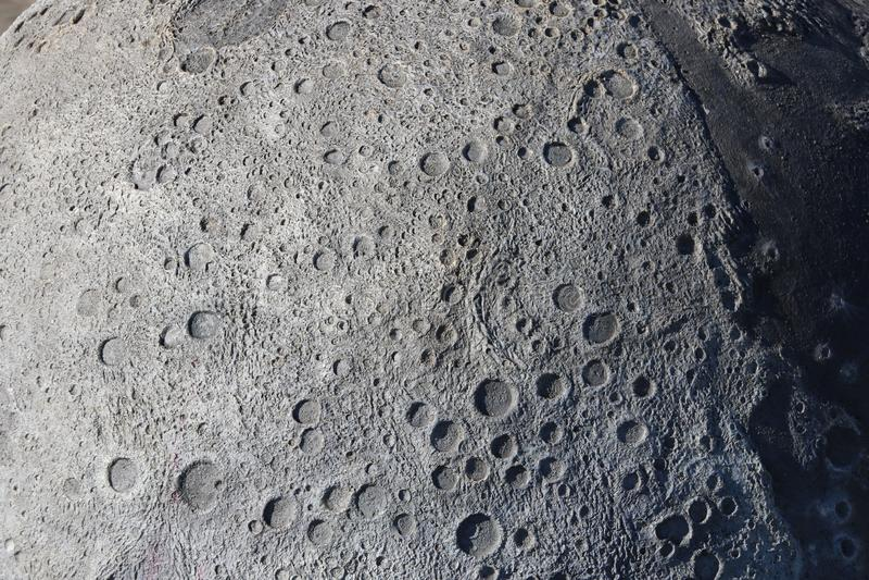 Uma imagem das crateras na superfície da lua fotos de stock