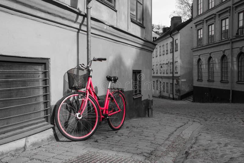 Uma imagem de uma bicicleta vermelha só foto de stock royalty free