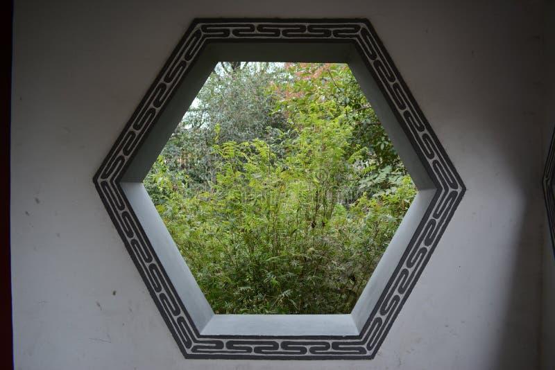 Uma imagem de uma janela clássica do pátio imagem de stock