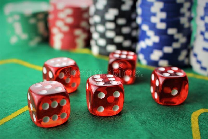 Uma imagem de um casino - dado, microplaqueta, jogando - com espaço da cópia imagens de stock