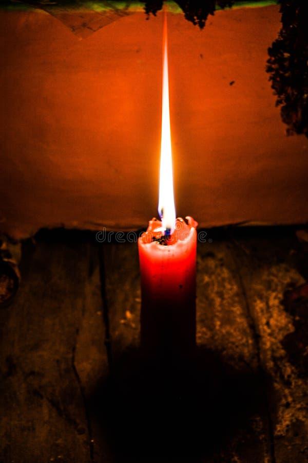 Uma imagem de uma vela iluminada fotos de stock