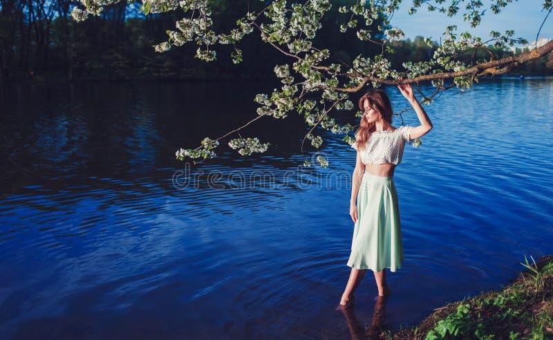 Uma imagem delicada de uma mulher bonita fotos de stock royalty free