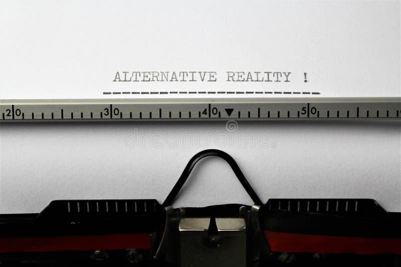 Uma imagem do ` alternativo escrito em uma máquina de escrever - ascendente próximo da realidade do ` foto de stock