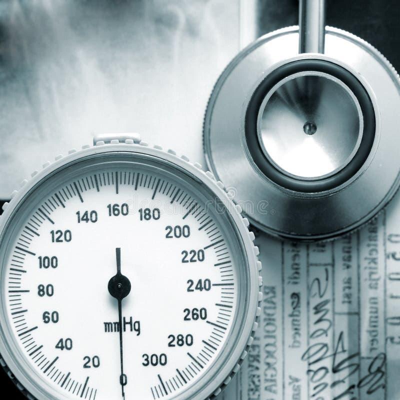 Uma imagem do close-up de instrumentos médicos em raios X foto de stock