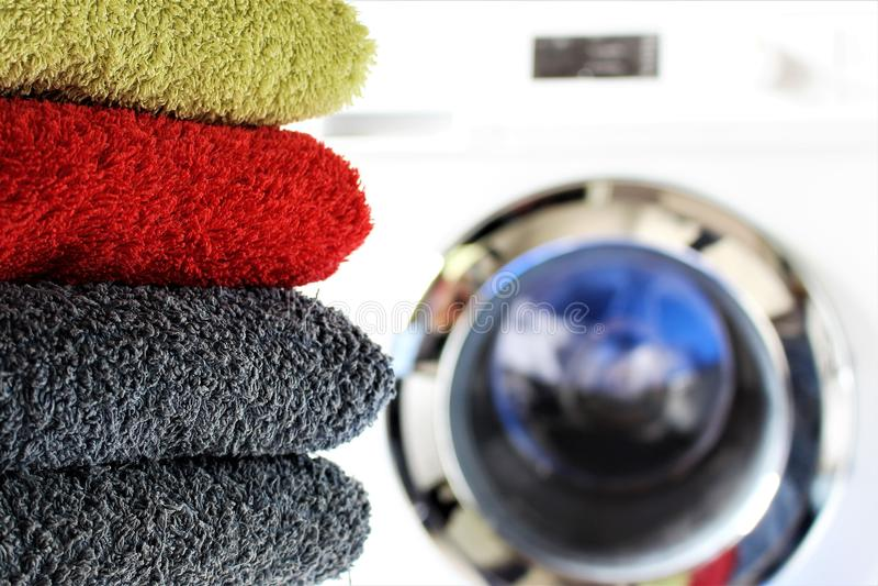 Uma imagem do conceito de uma máquina de lavar da lavanderia imagens de stock