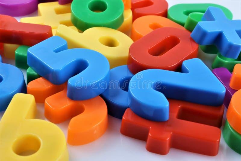 Uma imagem do conceito de números magnéticos imagens de stock