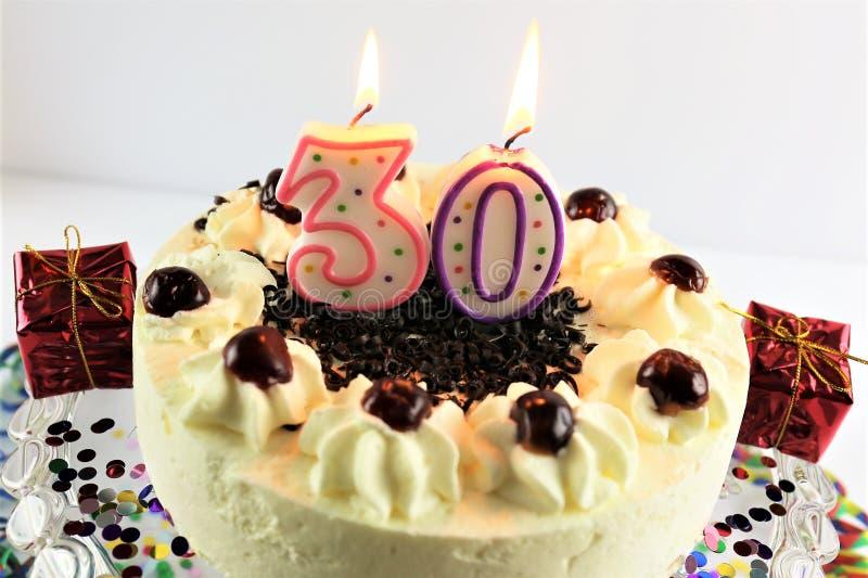 Uma imagem do conceito de um bolo de aniversário com vela - 30 imagem de stock royalty free