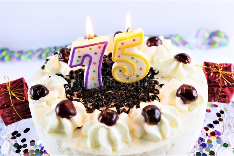 Uma imagem do conceito de um bolo de aniversário com vela - 75 fotos de stock royalty free