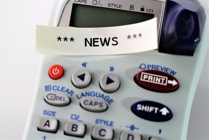 Uma imagem do ` da notícia do ` escrito no dispositivo alabeling - ascendente próximo foto de stock
