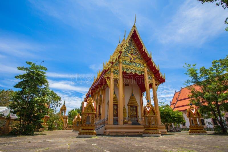 uma imagem dourada da Buda interred até a fraude em Wat Phra Thong foto de stock royalty free