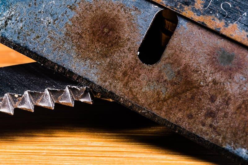 Uma imagem macro de uma lâmina muito velha, maçante e oxidada com uma lâmina serrilhada ingualmente suja e usada fotos de stock royalty free