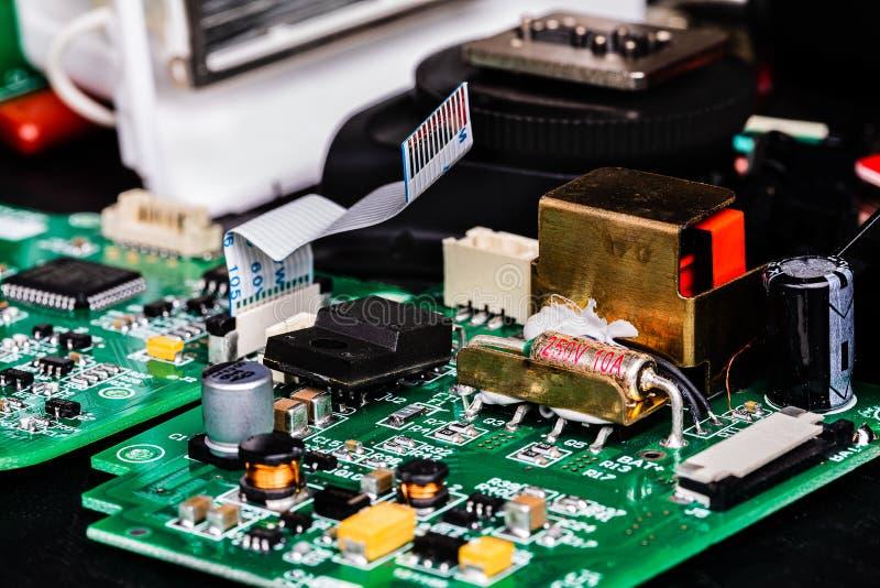 Uma imagem macro de placas de circuito e de outros componentes do flash de um fotógrafo quebrado no reparo imagem de stock royalty free