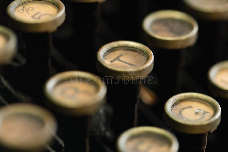 Uma imagem macro de um teclado de máquina de escrever do vintage imagens de stock