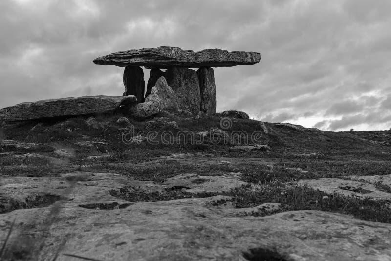 Uma imagem preto e branco das pedras que marcam o dólmem antigo do iof Poulnabrone do local de enterro, o Burren, Irlanda fotografia de stock royalty free